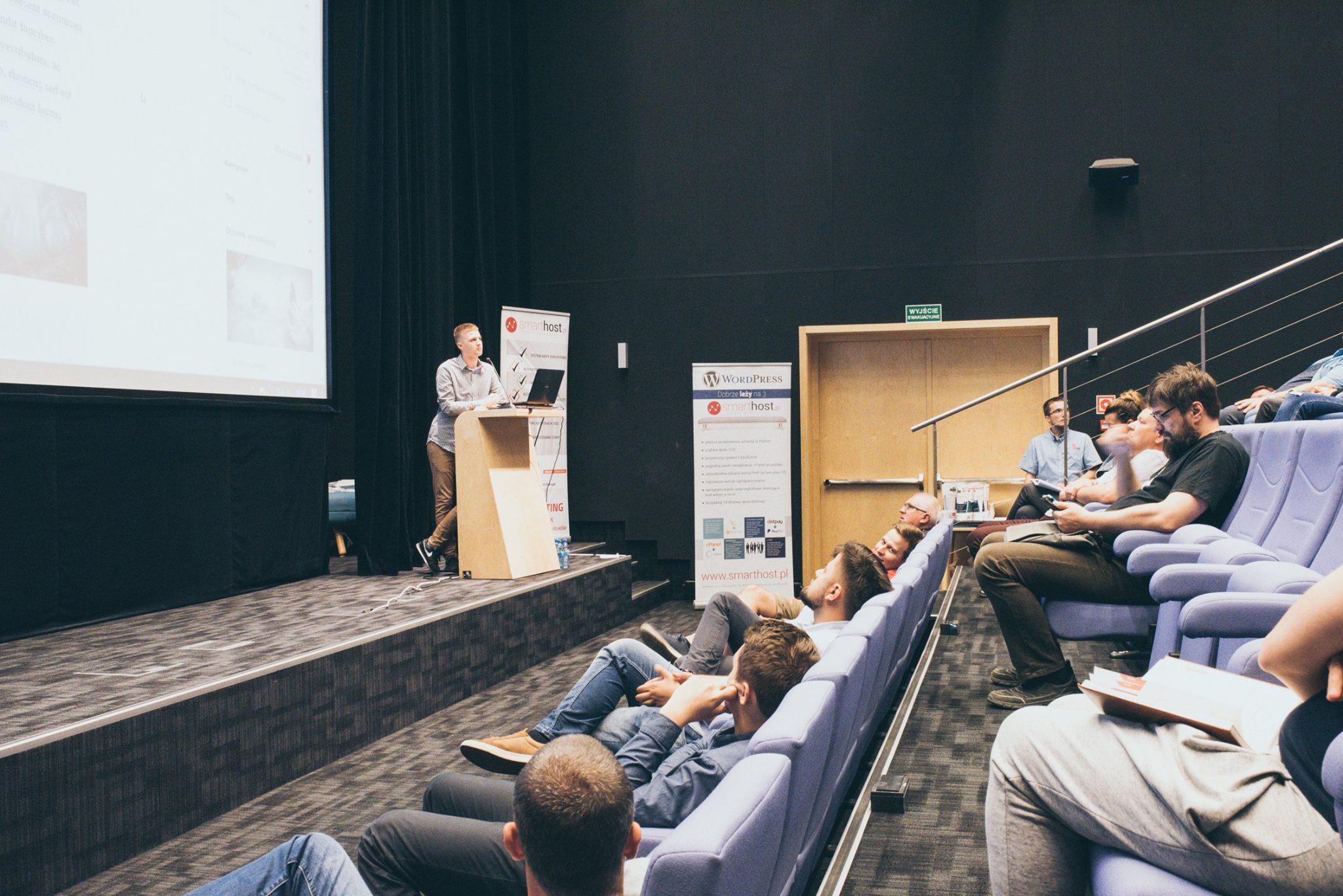 Krzysztof Grabania podczas prezentacji własnej prelekcji